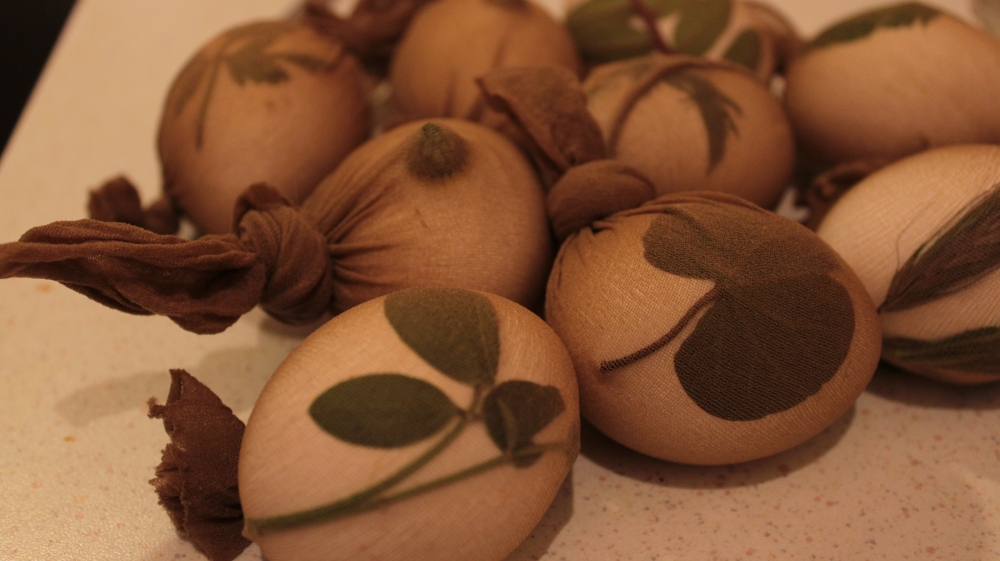 natural-dye-easter-eggs-geonutrition